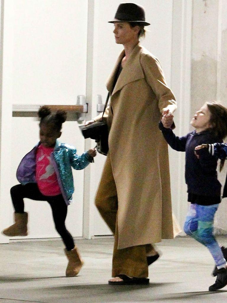 La actriz, a la salida del cine, de la manos de sus hijas