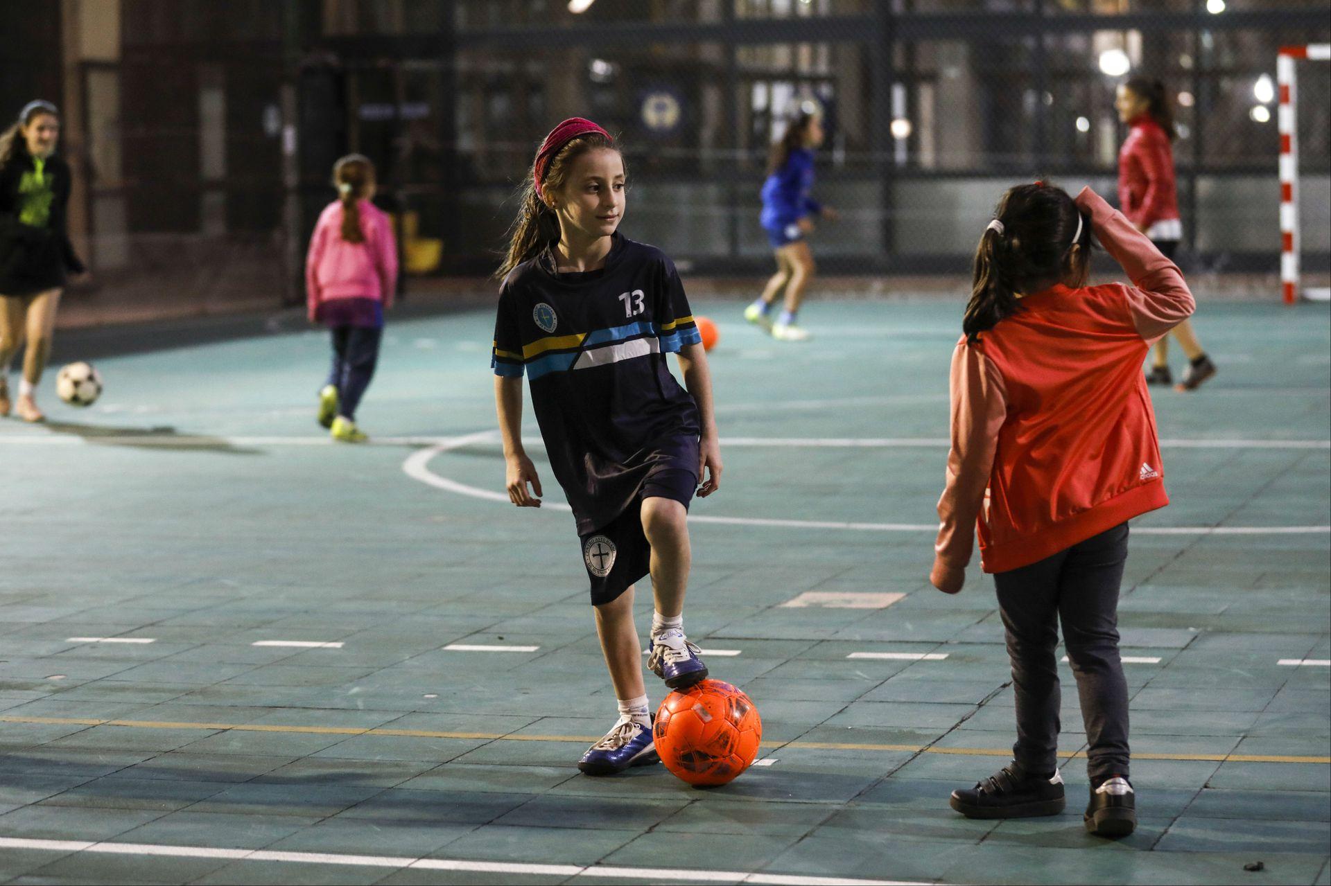Nenas juegan al fútbol en la sede deportiva