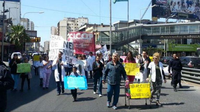 En el puente Puerredón reclaman por el cierre de áreas en el Hospital Fiorito de Avellaneda