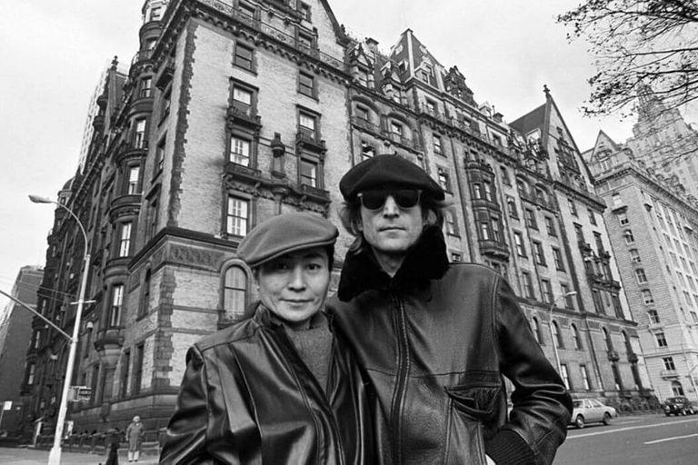 John y Yoko en la fachada del edificio Dakota donde el 8 de diciembre de 1980 el músico fue asesinado por cuatro disparos en la espalda