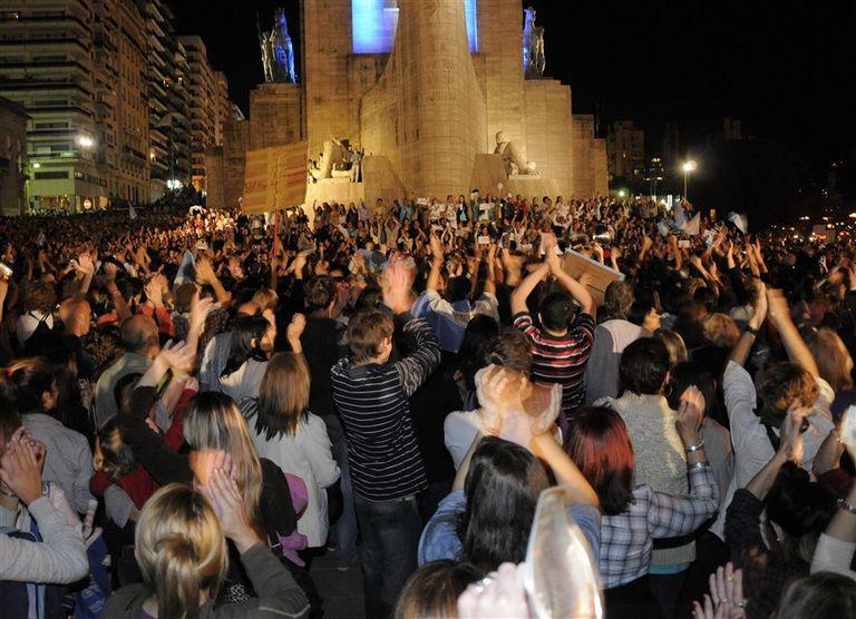Mayoría de jóvenes en el Monumento a la Bandera, en Rosario