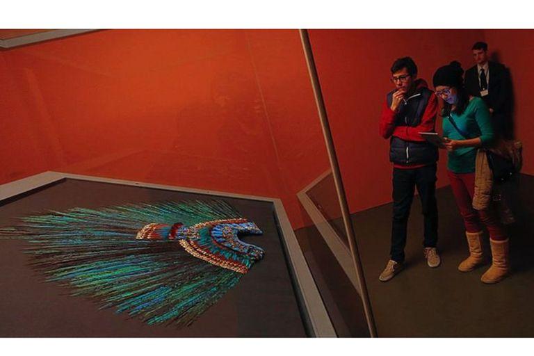 El penacho se encuentra en el Museo del Mundo de Viena y especialistas descartan la posibilidad de que pueda ser trasladado por su fragilidad