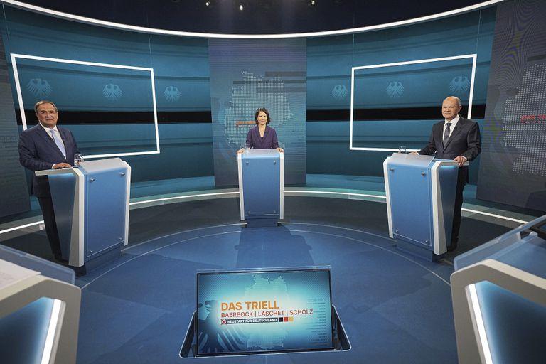 Los candidatos a canciller de Alemania, Armin Laschet (izquierda), Annalena Baerbock y Olaf Scholz durante un debate en un estudio de televisión en Berlín