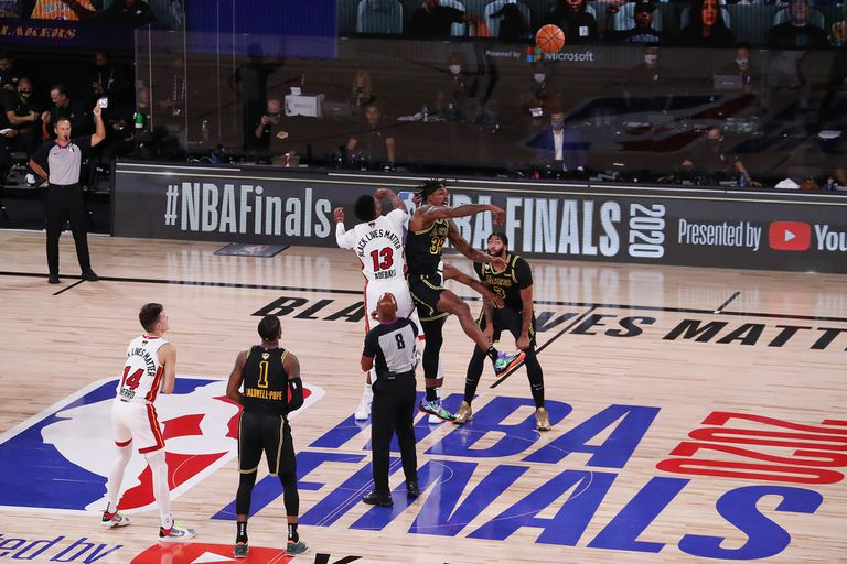 Habrá por lo menos una escena más como ésta en la final de la NBA: con el 111-108 del viernes, Miami se garantizó disputar este domingo el punto de la serie con Lakers, que está delante por 3-2.