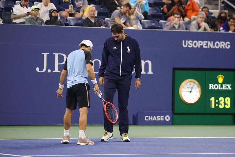 Diego Schwartzman le pide al umpire que revise la humedad de la cancha; sucedió durante el tie-break del primer set