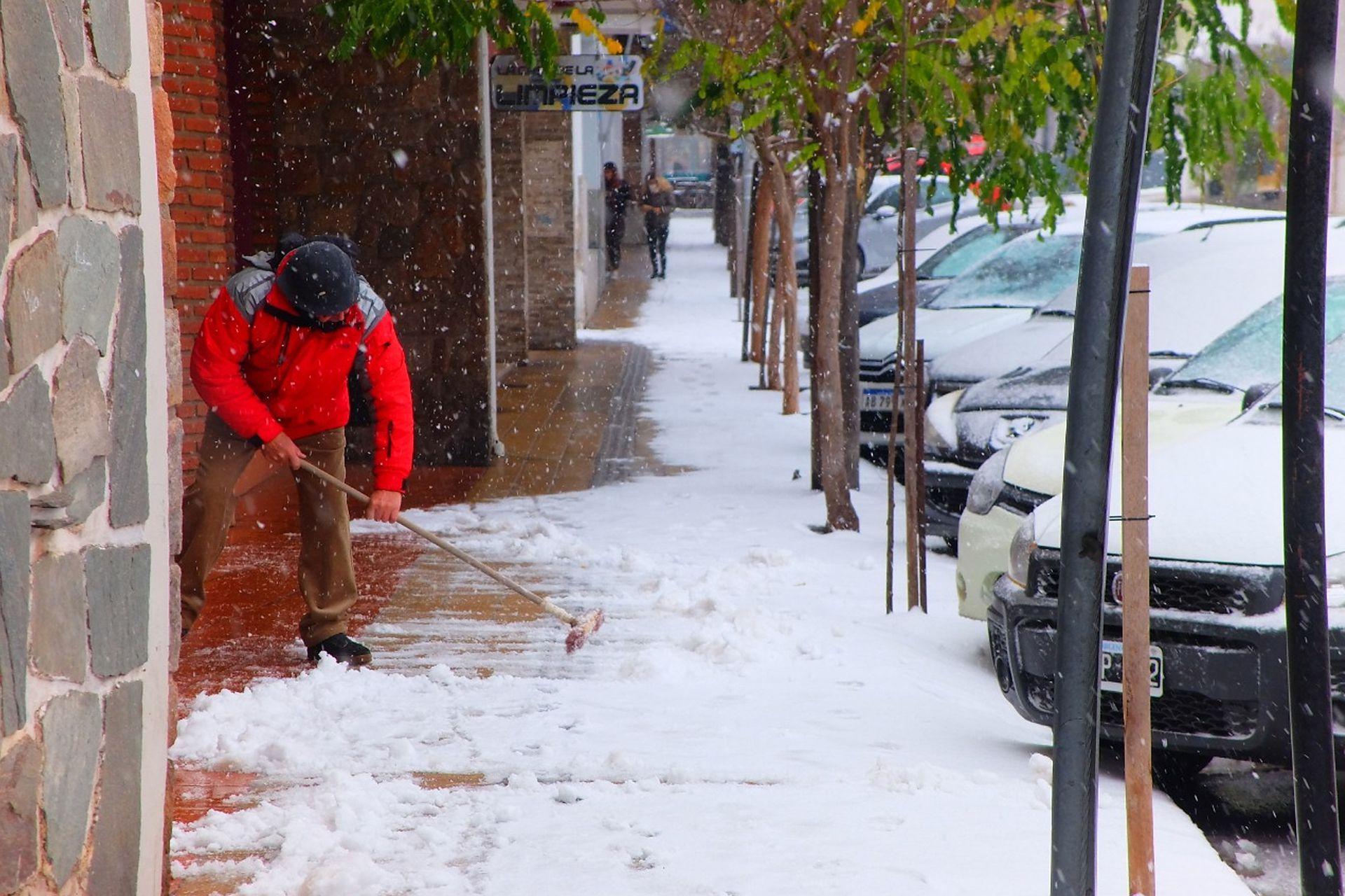 En La Cumbre los vecinos salieron a barrer la nieve de las veredas