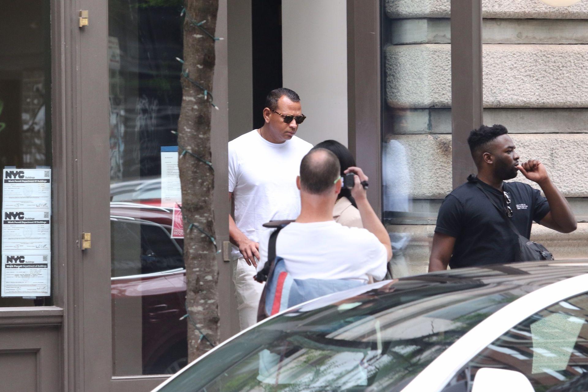 Alex Rodriguez, ex de Jennifer Lopez, saliendo del edificio donde vive Katie Holmes, a quien se lo vinculó románticamente