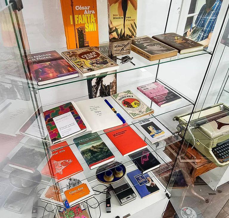 Vitrina con libros de César Aira en el primer museo barrial de la ciudad de Buenos Aires