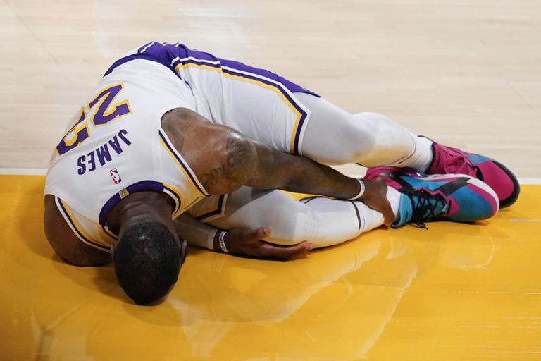 LeBron James sufrió un esguince de tobillo alto en el juego ante Atlanta Hawks y su tiempo de retorno a la cancha es indefinido