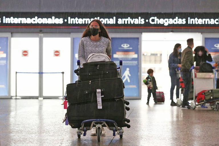 El Gobierno mantendrá el cupo de 600 pasajeros diarios y evalúa agregar vuelos especiales