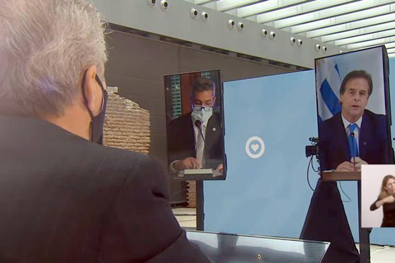 Alberto Fernández escucha el discurso de Luis Lacalle Pou,