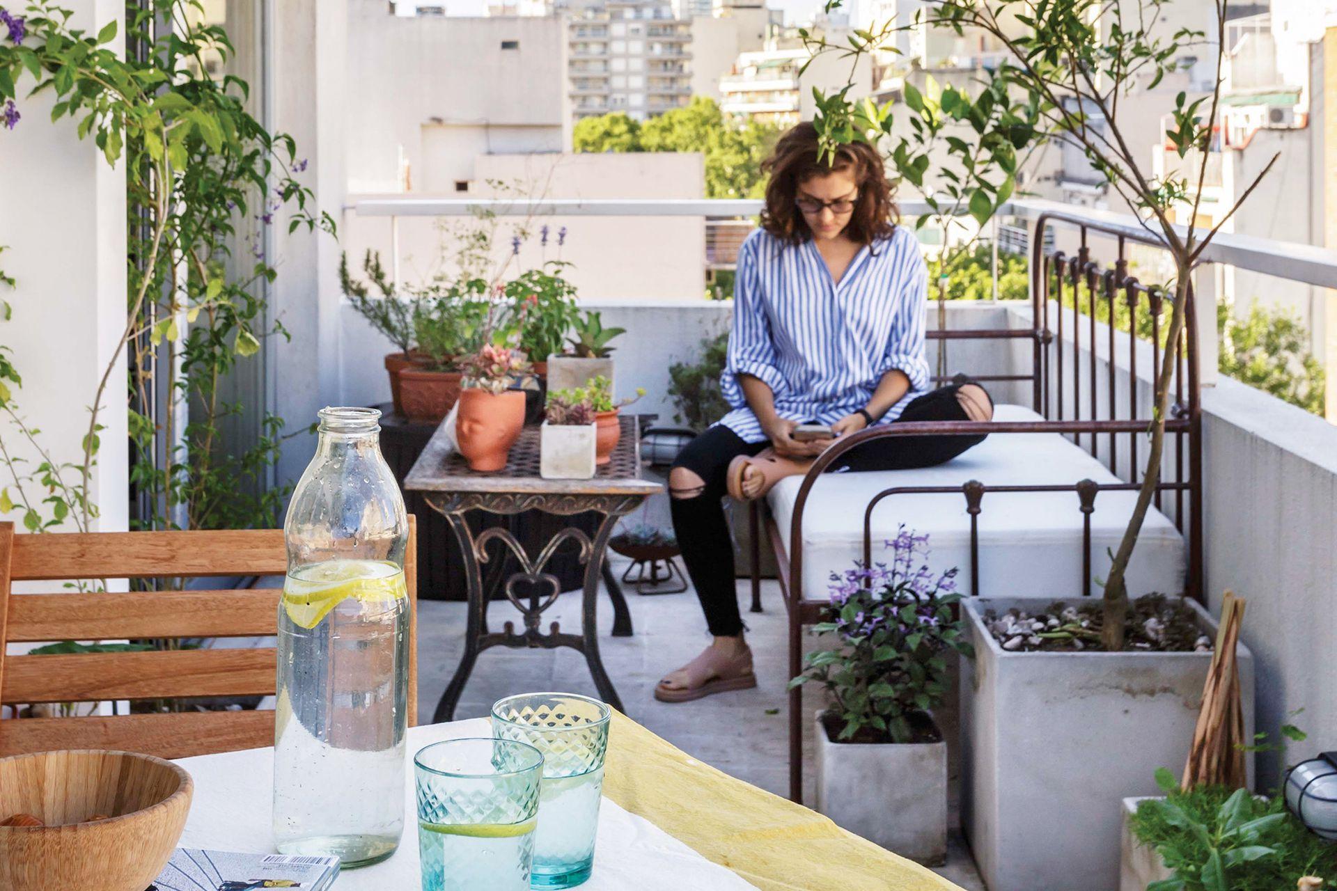 Como el balcón es amplio, Paula pudo armar dos espacios: uno con sillón para leer y otro con mesa y sillas, que iluminó muy bien para cenar con amigos.