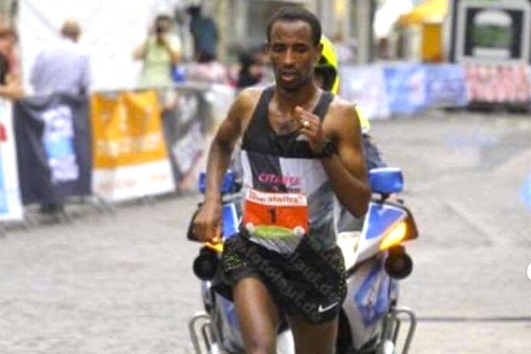 Kinde haciendo lo que más le gusta: correr; desde hace unos diez años el etíope no ve a sus familiares.