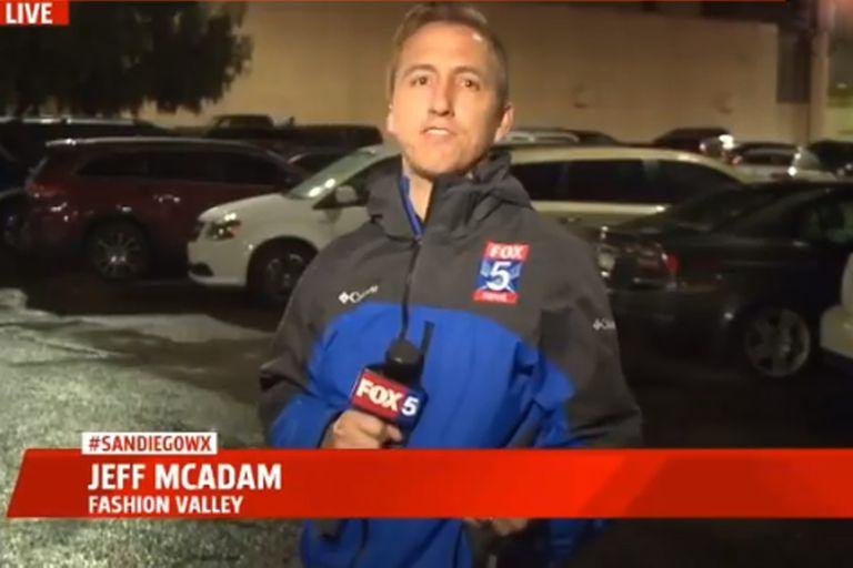 Un periodista estaba dando las noticias en vivo cuando se desató un tiroteo a sus espaldas