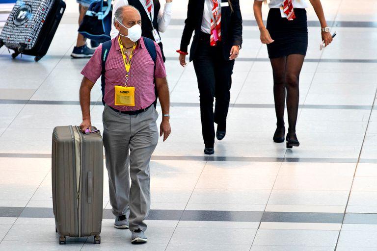 El acceso al aeropuerto deberá restringirse a trabajadores, viajeros y solo se permitirán acompañantes en el caso de pasajeros con discapacidades, movilidad reducida o menores