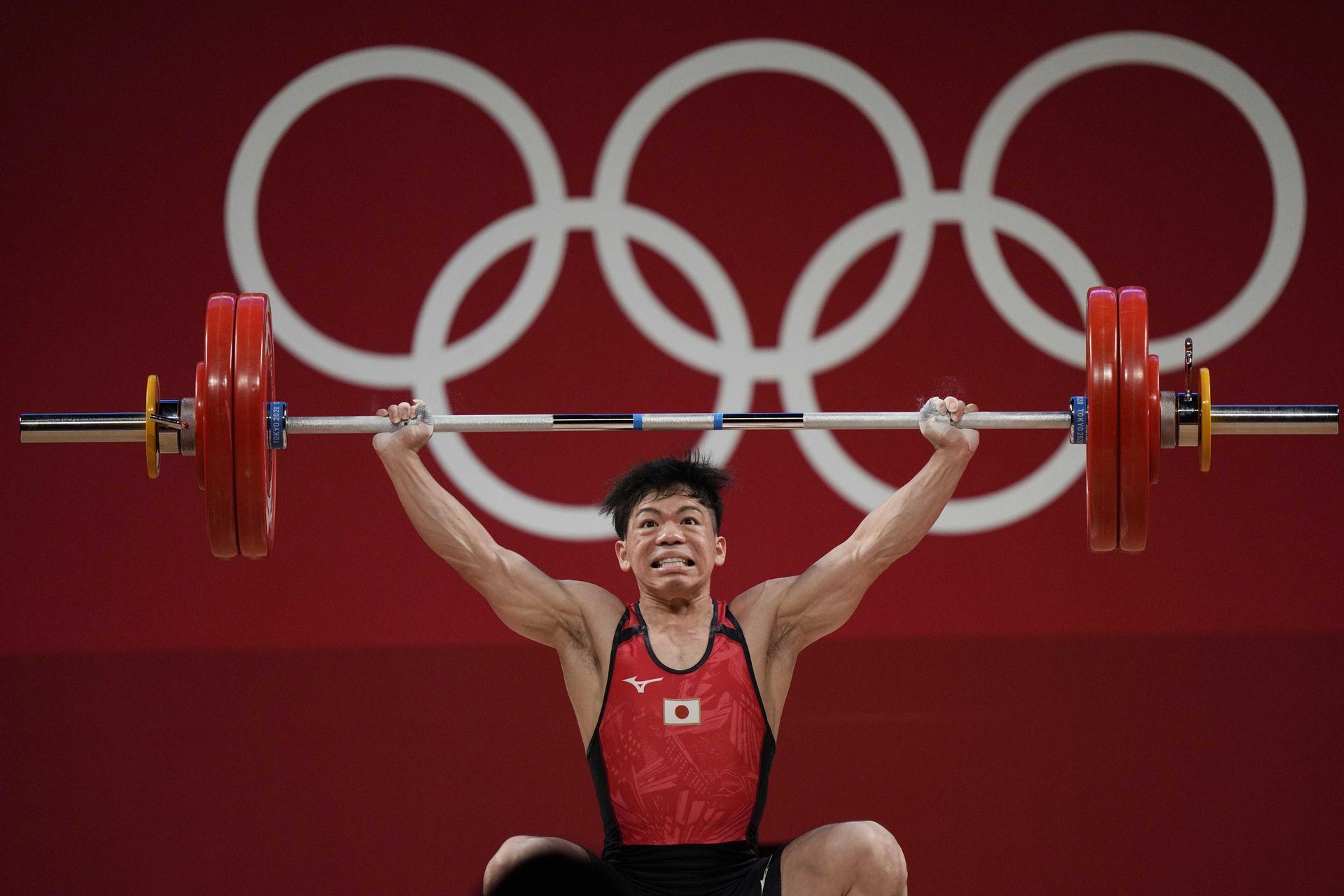 Itokazu Yoichi de Japón compite en el evento de levantamiento de pesas masculino de 61 kg, en los Juegos Olímpicos de Verano de 2020, el domingo 25 de julio de 2021, en Tokio, Japón.