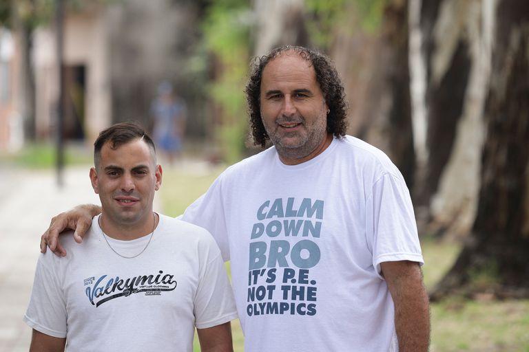 Adrián Parziale junto a José García, docente y director de la Escuela N° 710 de Lanús, quien lo acompaña para que vuelva a estudiar
