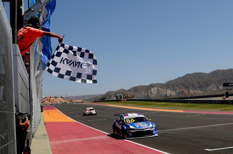 La bandera a cuadros decreta el triunfo de Agustín Canapino; atrás, Julián Santero (Toyota Corolla): el mendocino no logró incomodar al piloto del Chevrolet Cruze N°86