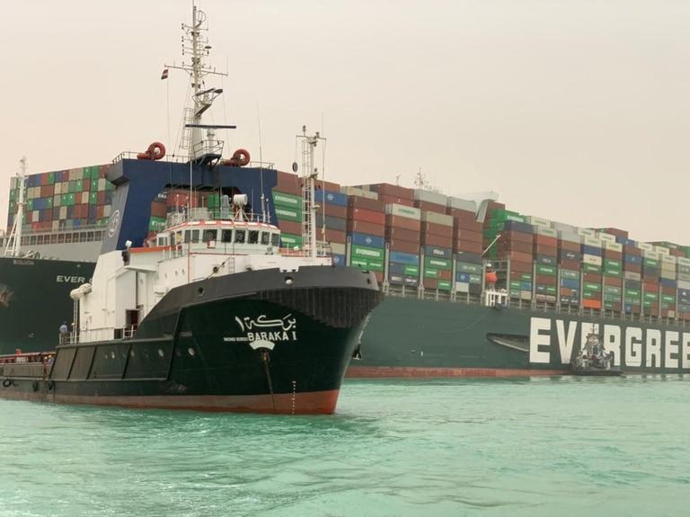 """El """"Ever Given"""", un navío de más de 219.000 toneladas que se dirigía a Rotterdam (Holanda) procedente de Asia, quedó atravesado impidiendo el tráfico cuando acababa de atravesar la entrada sur del Canal de Suez"""