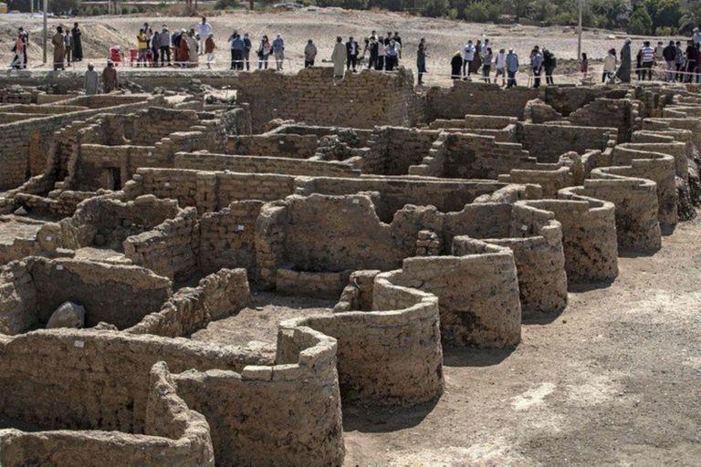 Un equipo de arqueólogos reveló uno de los descubrimientos más fascinante de las últimas décadas: la ciudad más antigua de Egipto que permaneció oculta bajo las arenas de Luxor durante 3000 años