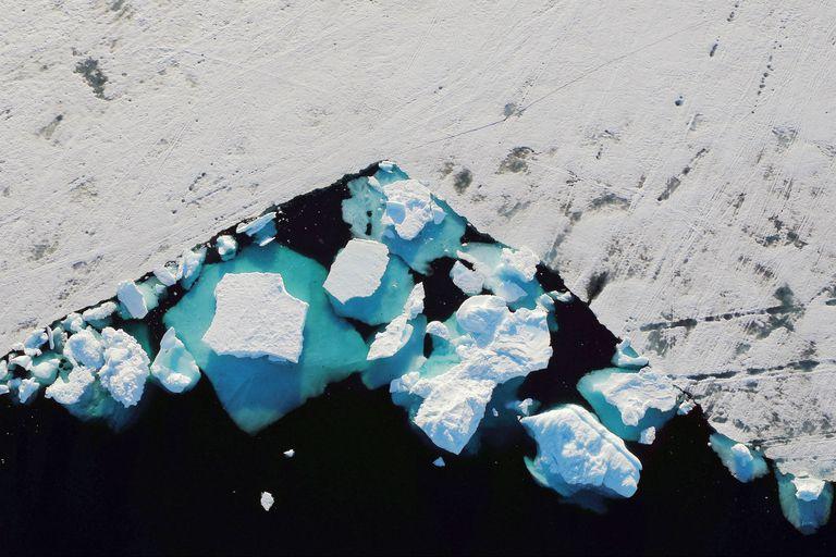 Un iceberg flota en un fiordo cerca de la ciudad de Tasiilaq, Groenlandia