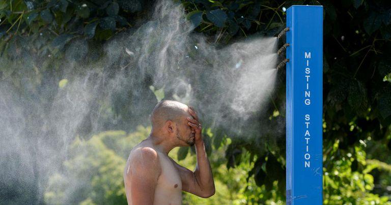 La ola de calor en Vancouver obligó a las autoridades a instalar fuentes y puntos estratégicos para que la gente pueda refrescarse