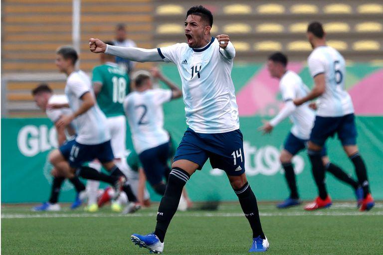 El argentino Facundo Medina y sus compañeros celebran un gol en la primera ronda de los Juegos Panamericanos de Lima 2019; la medalla dorada quedaría en poder de la Argentina