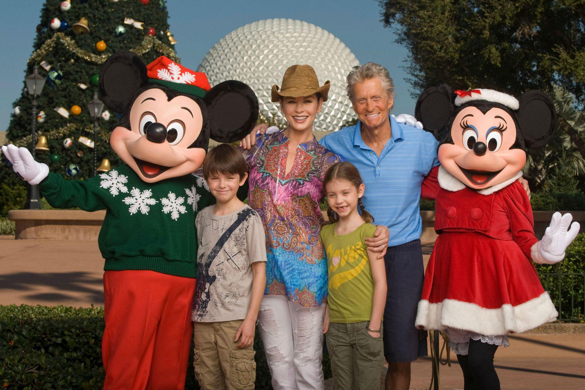 Michael y Catherine junto a sus dos hijos, Carys y Dylan, en una visita familiar a Disney