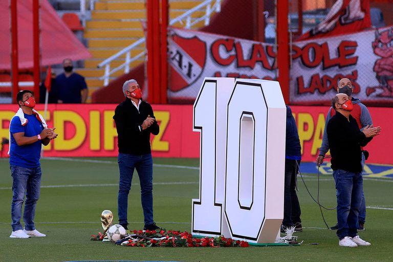 Lalo Maradona, Burruchaga y Bochini, durante el emotivo homenaje de Independiente a Maradona