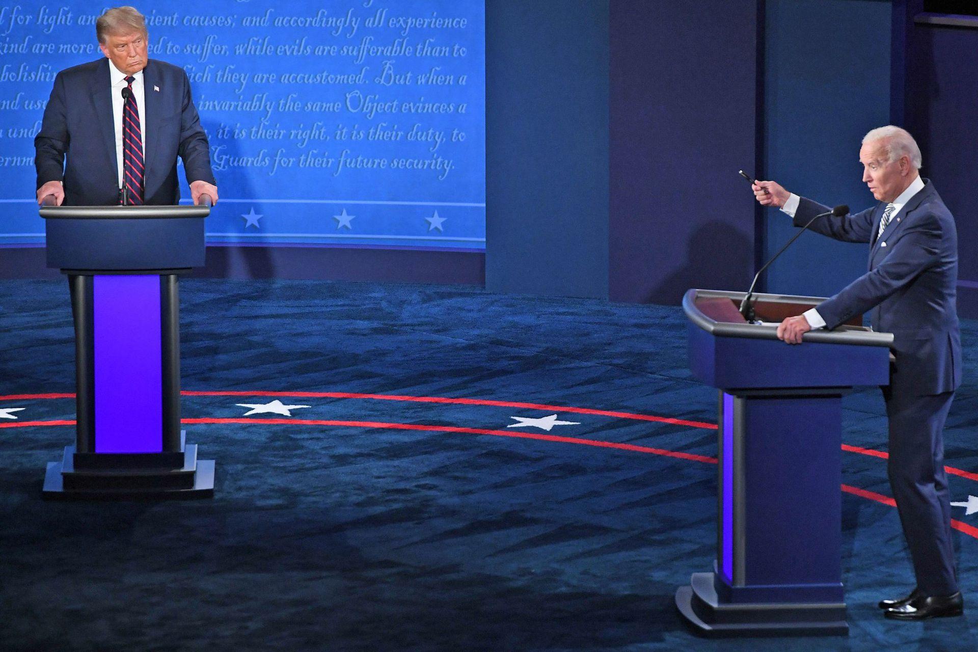 UN CRUCE SIN CONCESIONES. El candidato demócrata, Joe Biden, hace uso de la palabra ante la reprobatoria mirada de Trump, durante el primer debate presidencial en Cleveland, Ohio, el 29 de septiembre