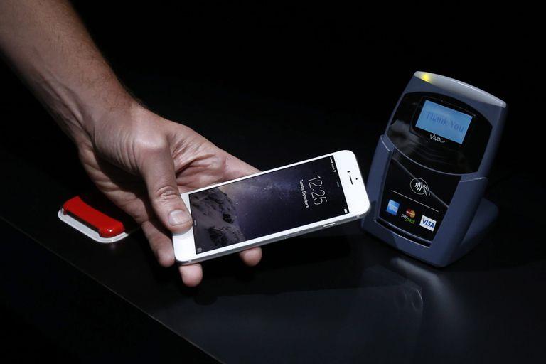 El sistema de pagos de Apple, como el de sus competidores, usa un chip NFC para pagos sin contacto