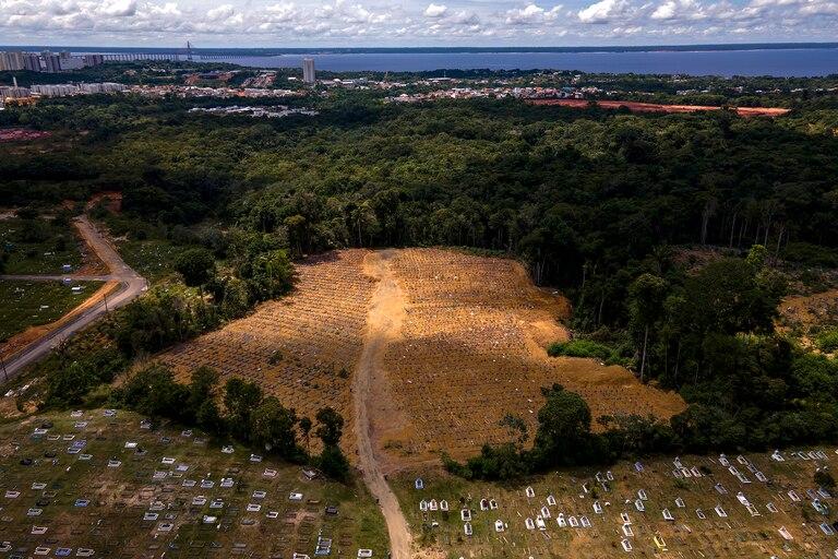 Vista aérea del cementerio Nossa Senhora Aparecida, donde están enterradas las víctimas del Covid-19, en Manaus, Brasil, el 22 de enero de 2021