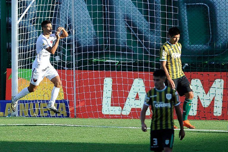Gol de Nicolás Leguizamón ante Banfield, en el Sur, donde Colón de Santa Fe goleó por 3-0 por la 3° fecha de la Copa de la Liga