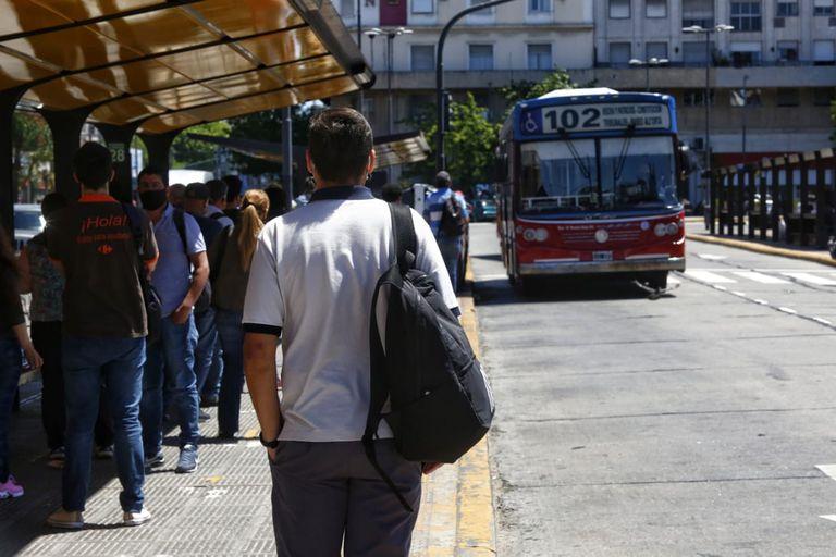 Hasta el momento, todos los pasajeros deben ir sentados en los colectivos, trenes y subtes; en los colectivos se podría autorizar hasta 10 personas paradas