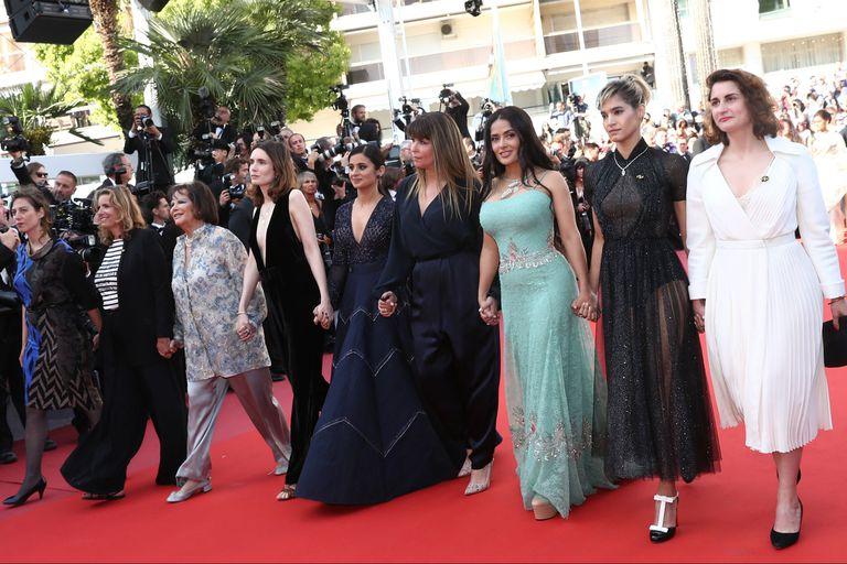 La actriz Salma Hayek y la cineasta Patty Jenkins, entre otras estrellas, caminando de la mano la alfombra roja