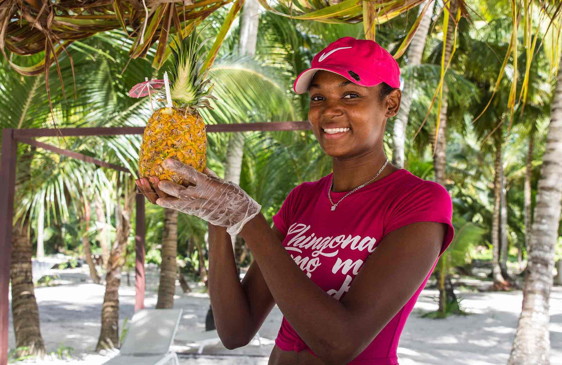 Piña colada en la playa y adentro de la fruta, con o sin ron, y siempre con una sonrisa.