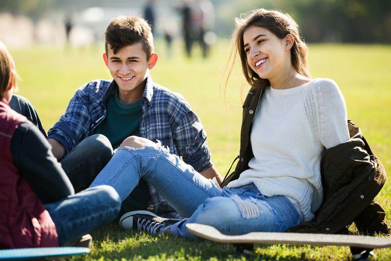 Los adolescentes de hoy se apropian de expresiones de los cantantes del momento y de los influencers; los especialistas reconocen el fenómeno como un proceso de identidad habitual que atraviesan todas las generaciones