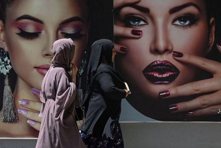 En Kabul, la capital de Afganistán, muchos estudiantes universitarios están destruyendo las pruebas de que asistían a las aulas, mientras los talibanes patrullan las calles. Una estudiante, de la minoría hazara, que ha sido perseguida por los milicianos, le cuenta a la BBC cómo los sueños que tenía han sido reemplazados por el miedo a no saber si seguirá viviendo.