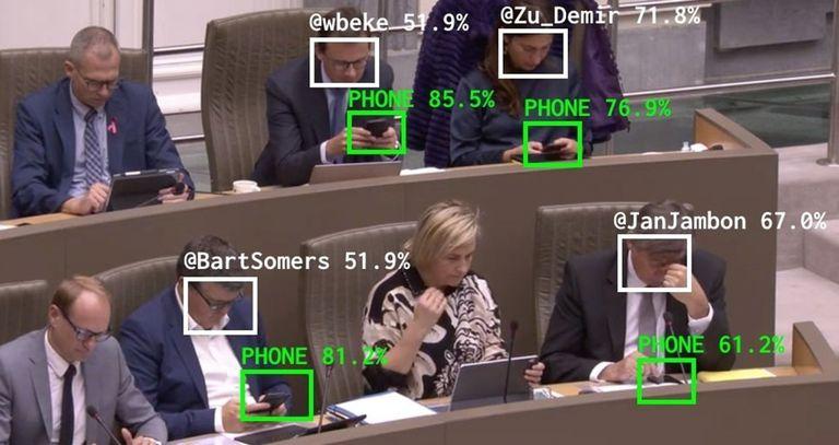 The Flemish Scrollers, la herramienta que analiza si los políticos están mirando el celular durante las sesiones parlamentarias..  El artista digital belga Dries Deporteer usa tecnologías como el reconocimiento facial para determinar si los políticos están mirando el móvil durante las sesiones parlamentarias