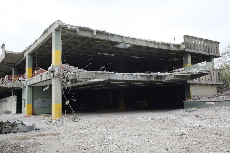 El viejo estacionamiento está ubicado en un terreno de la ciudad delimitado por las avenidas Dorrego, Freyre y Del Libertador y las vías del Ferrocarril General Bartolomé Mitre