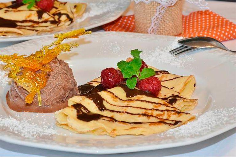 Panqueques con chocolate y frutos rojos es una combinación sutil
