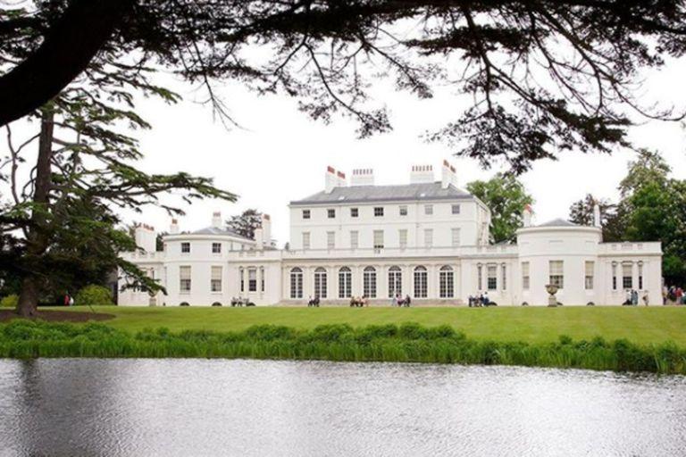 Frogmore Cottage fue un regalo de boda de la reina para Meghan y Harry. La remodelación de la propiedad de diez habitaciones a cinco lujosos ambientes costó más de dos millones de dólares que la pareja decidió devolver a los británicos después del escándalo que generó la cifra y la renuncia a la rea