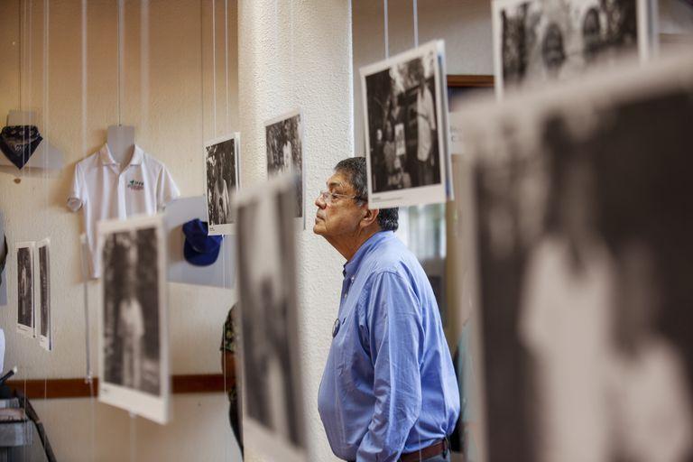 Sergio Ramírez mira una imagen durante la inauguración de una exhibición de fotografías y artículos personales que pertenecían a personas asesinadas en protestas antigubernamentales en Managua