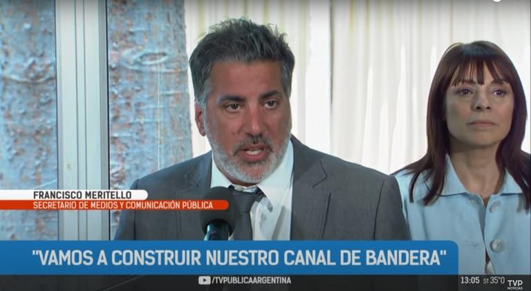El secretario de Medios y Comunicación Pública, Francisco Meritello, y Rosario Lufrano, presidenta de RTA, en la pantalla de la señal pública, en abril último