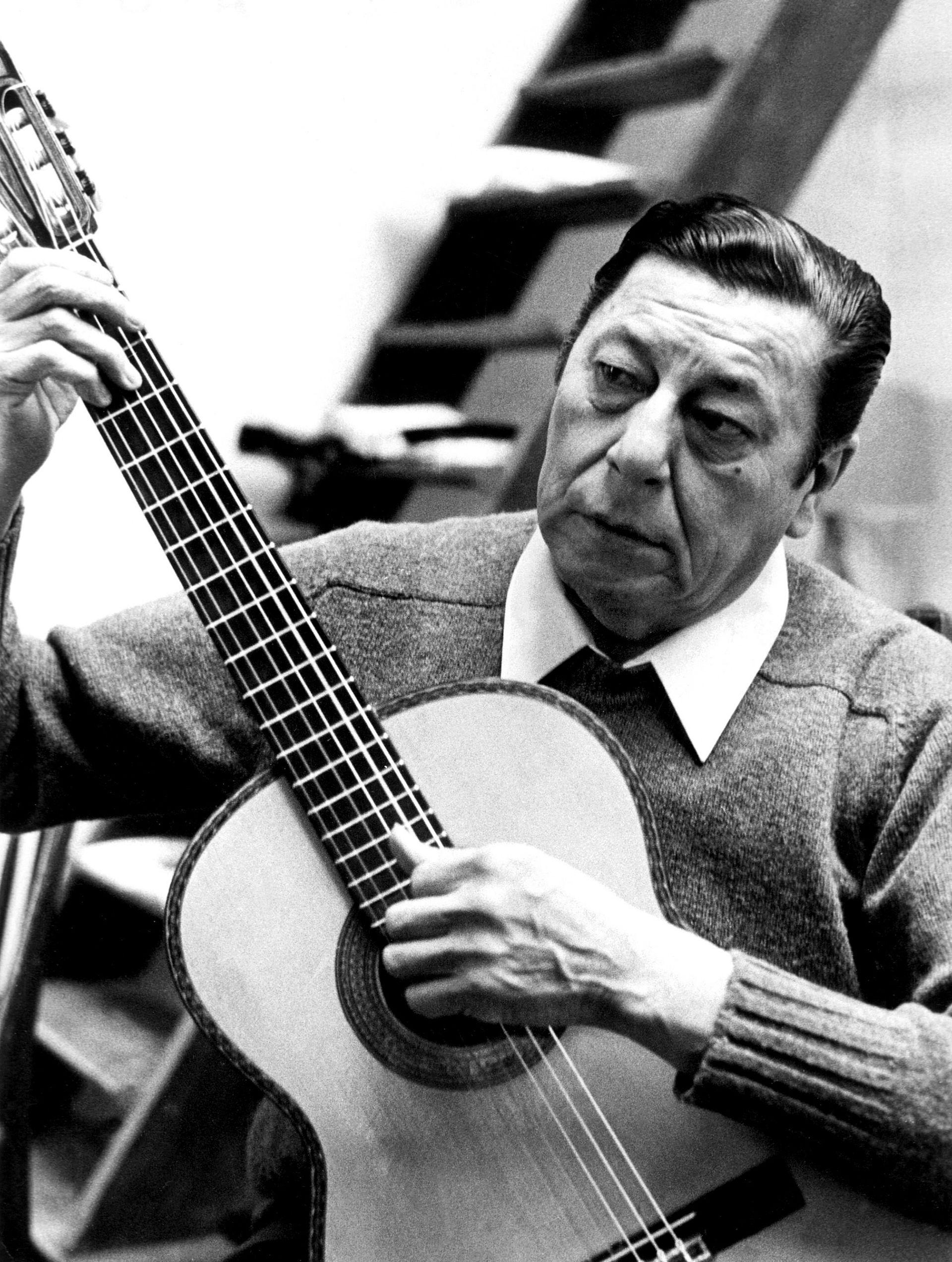El cantautor argentino Atahualpa Yupanqui en 1982, en París
