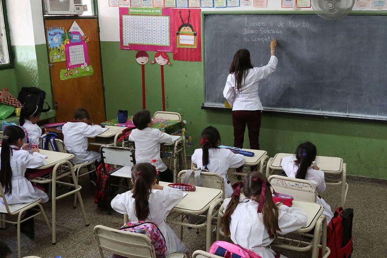 Los docentes de la escuela pública se enfrentan con un sistema educativo que, en muchos casos, no valora el mérito individual ni el crecimiento profesional de aquellos que pretenden trabajar en las aulas