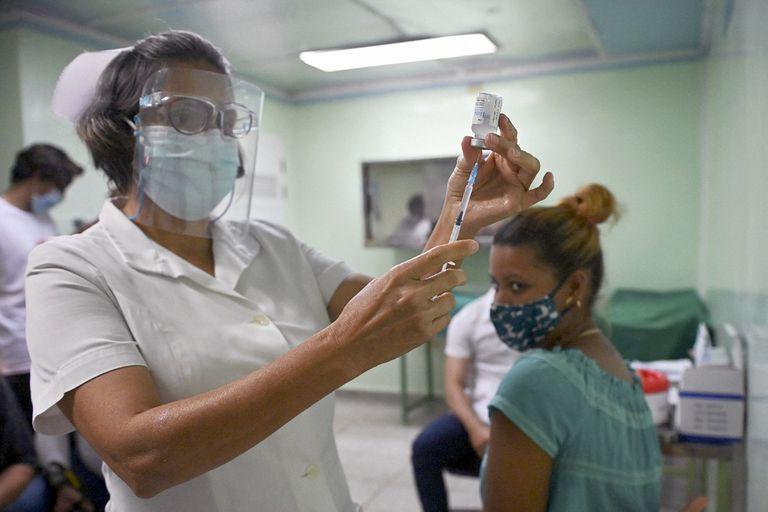 Un enfermera aplica la vacuna cubana Abdala en un hospital de Cienfuegos, Cuba
