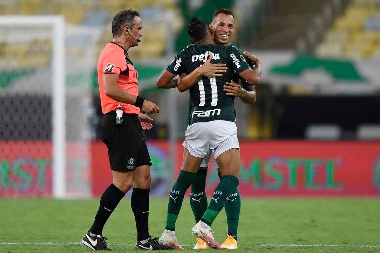 El festejo de Palmeiras, rodeado de Loustau, de buena actuación