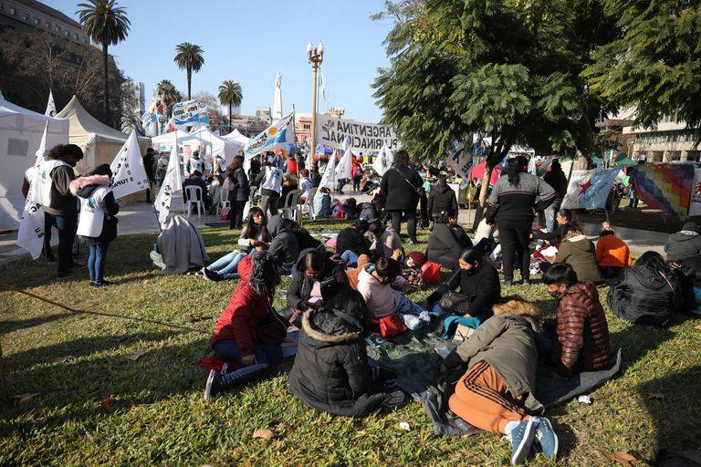 Agrupaciones sociales, políticas y sindicalesacampan en Plaza de Mayopor la libertad de Milagro Sala