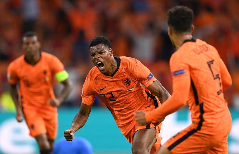 Denzel Dumfries de Holanda celebra después de anotar el tercer gol de su equipo durante el partido del Grupo C del Campeonato de la UEFA Euro 2020 entre Holanda y Ucrania en el Johan Cruijff ArenA el 13 de junio de 2021 en Amsterdam, Holanda. (Foto de Lukas Schulze - UEFA / UEFA vía Getty Images)
